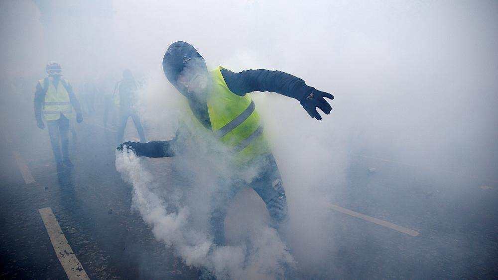 'Gilets jaunes': Bodycam footage shows police being attacked during protests