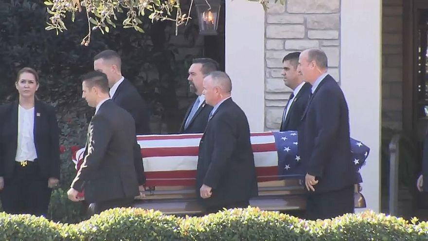 شاهد: نقل جثمان الرئيس الأمريكي الأسبق بوش في رحلة أخيرة إلى واشنطن