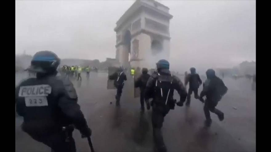 Los duros enfrentamientos de París a través de la cámara de un antidisturbios