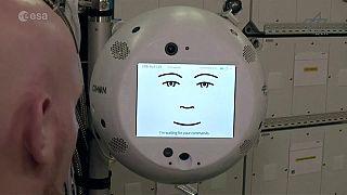 شاهد: رائد فضاء يتفاعل مع رجل آلي على متن محطة الفضاء الدولية