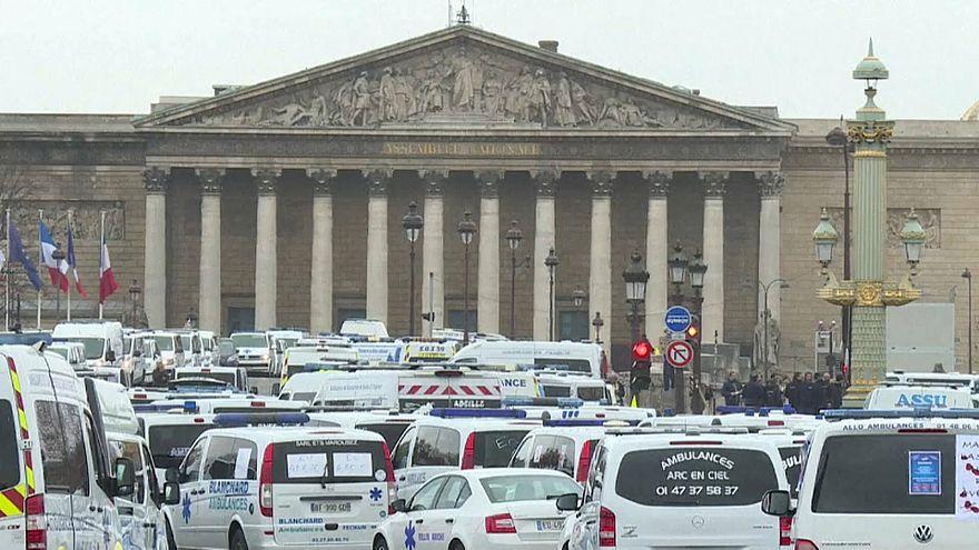 Fransa'da ambulans çalışanları da sokağa çıktı