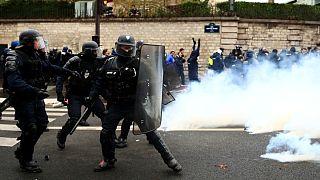 ناآرامی در فرانسه؛ یک پیرزن به دلیل اصابت گلوله گاز اشکآور به صورتش کشته شد