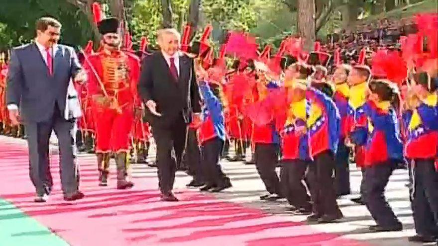 Maduro, yere düşen Türk bayrağını kaldırdı