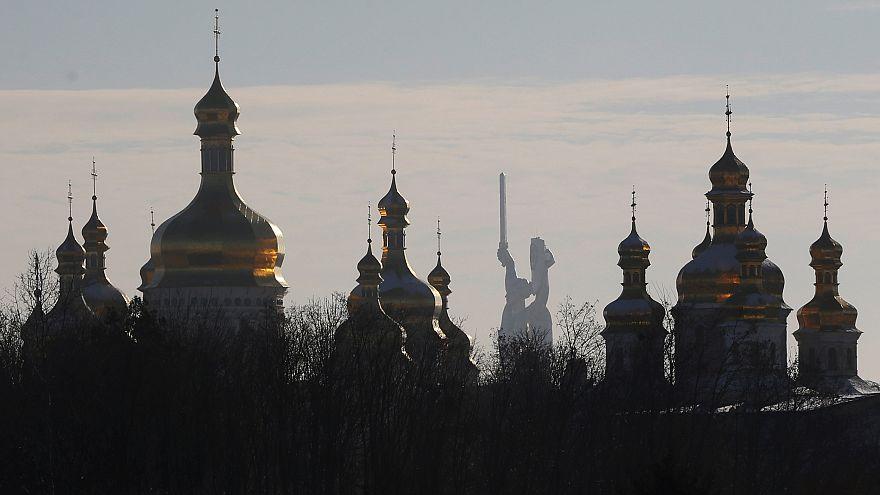 Киево-Печерская лавра на фоне скульптуры Родина-мать