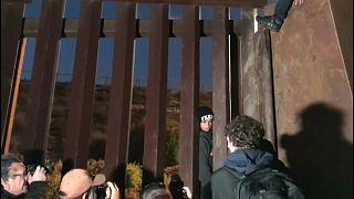 شاهد: مهاجرون يجتازون السياج الحدودي بين الولايات المتحدة والمكسيك