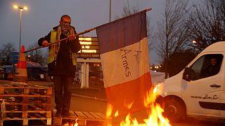 """Manifestante dos """"coletes amarelos"""" parece pegar fogo à bandeira francesa"""