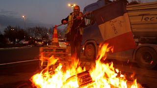 Γαλλία: Μορατόριουμ στην αύξηση των φόρων στα καύσιμα