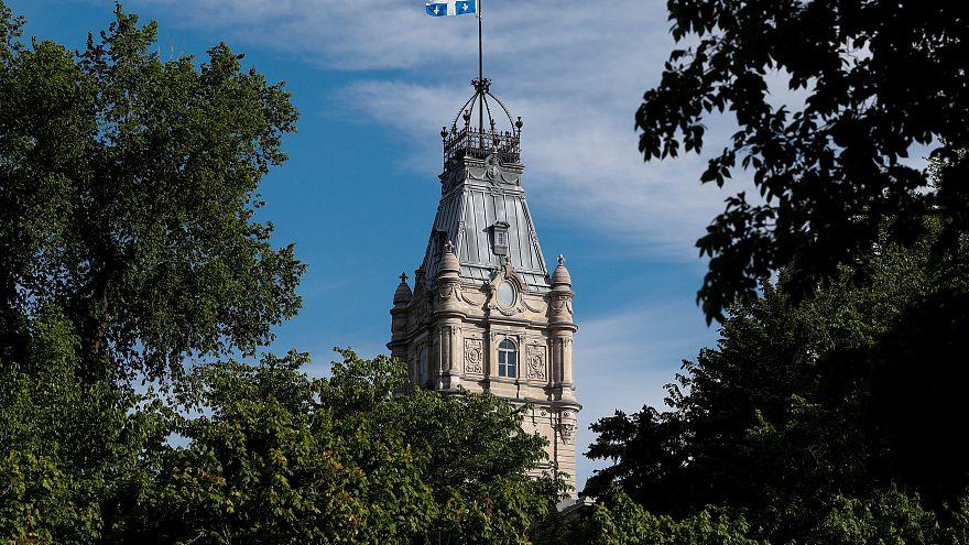 راية مقاطعة كيبيك الكندية ترفرف فوق البرلمان الإقليمي في كندا