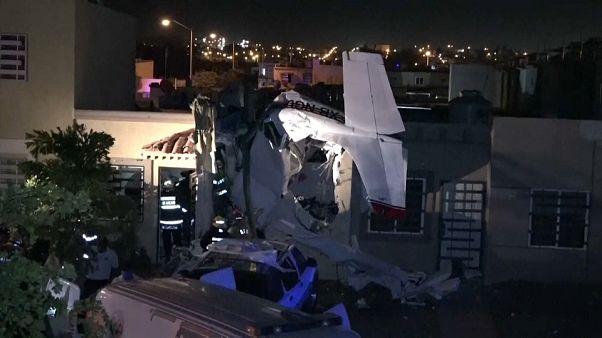 Meksika'da eğitim uçağı yerleşim alanına düştü: 4 ölü