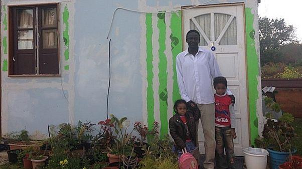 أب وطفليه من العائلات على القاعدة البريطانية في قبرص