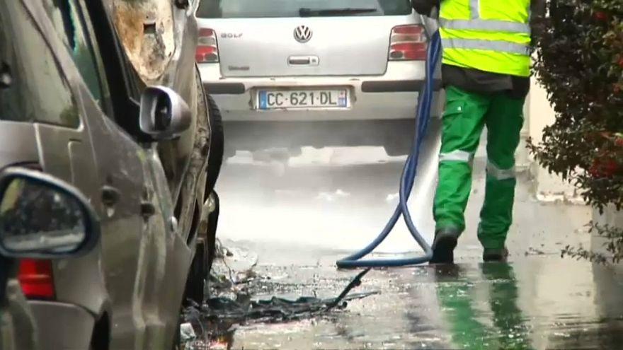 شاهد: حملة تنظيف لشوارع باريس بعد أيام صاخبة من الاحتجاجات