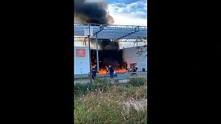 """شاهد: اشتعال النار في مدرسة في خلال احتجاجات """"السترات الصفراء"""" في تولوز"""