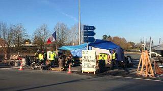 Символы протеста: желтый дорожный жилет и государственный триколор
