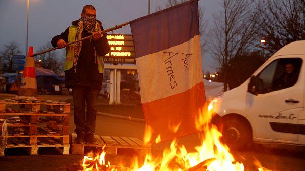 Críticas contra el Gobierno francés por su repliegue ante la crisis