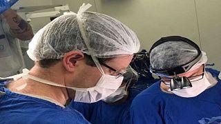 أطباء يجرون عملية زراعة الرحم في مستشفى ساو باولو في البرازيل