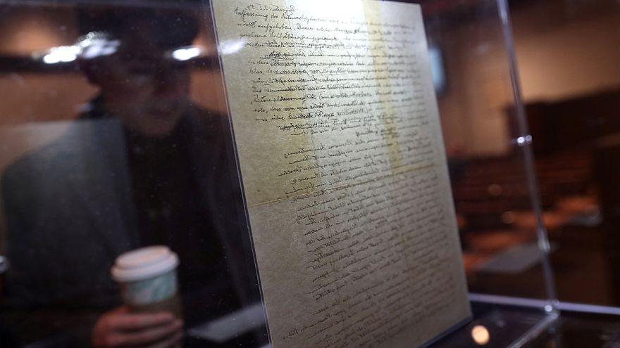 Einstein'ın Tanrı'yı reddettiği mektubu rekor kırarak 2,89 milyon dolara satıldı