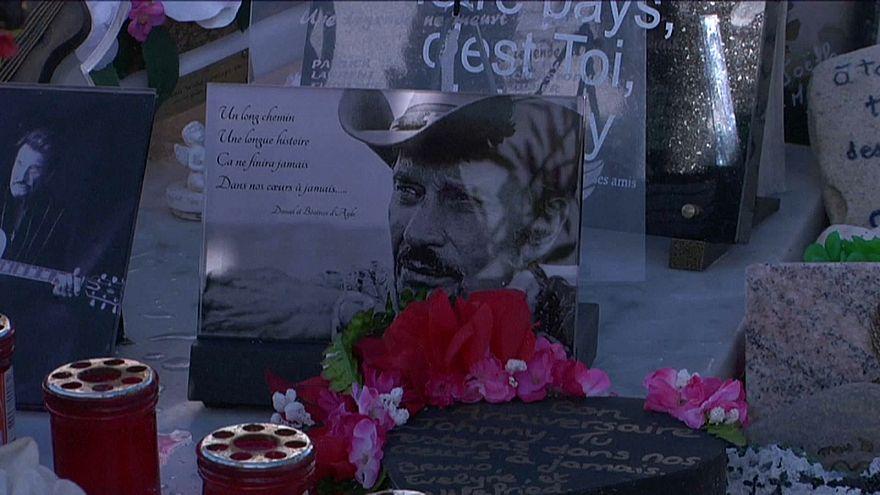 Pèlerinage sur la tombe de Johnny Hallyday