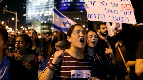 من مظاهرة تطالب بعدم وقف العمليات العسكرية في غزة (تل أبيب)