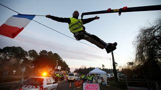 Γαλλία: Αποσύρει τις αυξήσεις στα καύσιμα ο Εμανουέλ Μακρόν