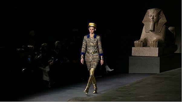 شاهد: شانيل تستحضر روح الفراعنة في عرض أزياء بنيوويورك
