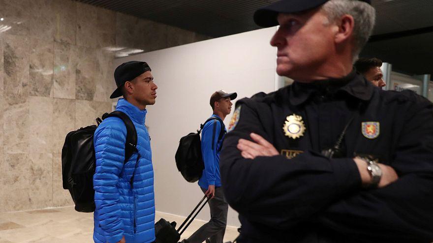 Jogadores do Boca Juniors chegam ao aeroporto de Madrid