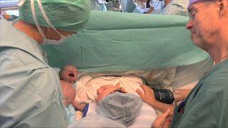 Un bébé naît après une greffe d'utérus provenant d'une donneuse morte