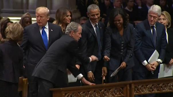 شاهد: ماذا أعطى جورج بوش الابن لميشيل أوباما في مراسم جنازة والده؟
