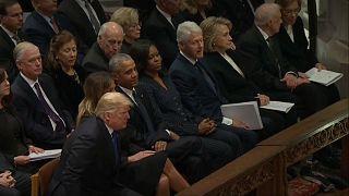 La mala educación: Trump ignora a los Clinton en el funeral de George Bush