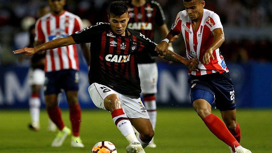Atletico Paranaense Bruno Guimarães com Luis Diaz do Argentino Juniors