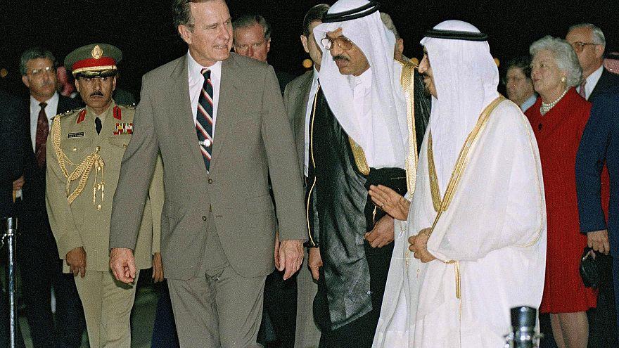الملك فهد مستقبلاً جورج بوش الأب في السعودية (جدة)