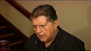 Alan García entrega el pasaporte y anuncia que vuelve a la política