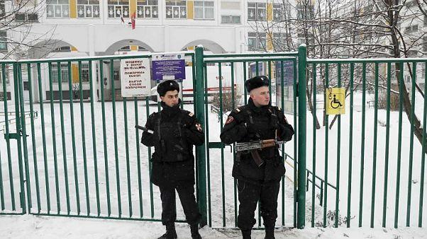 Ученик, пришедший в школу с ножом в руках, сдался полиции