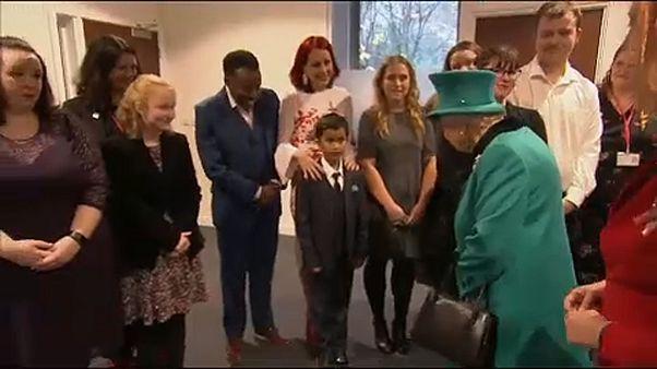 شاهد: طفل يشعر بخجل شديد لدى لقائه الملكة إليزابيث