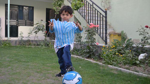 Video | Messi'den aldığı imzalı formayla Taliban'ın hedefi olan Afgan çocuk evini terk etti