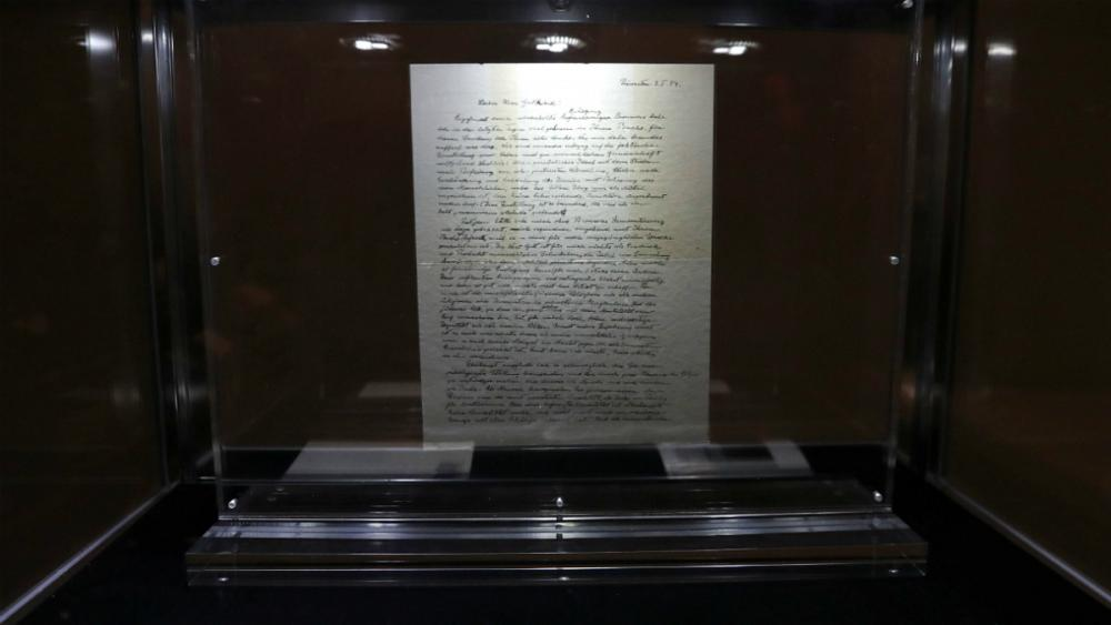 «نامه اینشتین به خدا» نزدیک به ۳ میلیون دلار فروخته شد