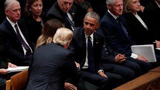 شاهد: الرئيس الأمريكي يتجنب تحية بيل وهيلاري كلينتون أثناء جنازة بوش