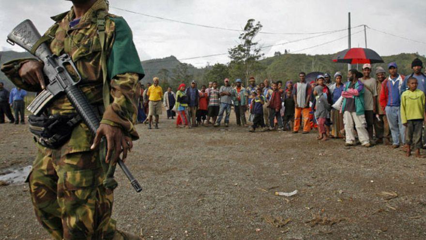 Ok ve yayla sorun çözen geleneksel kabilelerin modern silahlarla imtihanı
