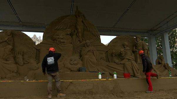 الفاتيكان يقيم مشهد المهد التقليدي لأول مرة بالنحت في الرمال