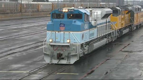 شاهد: قطار جنائزي دُهن بألوان الطائرة الرئاسية يقل جثمان جورج بوش الأب