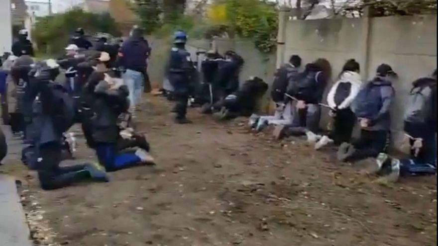 Полиция поставила старшеклассников на колени
