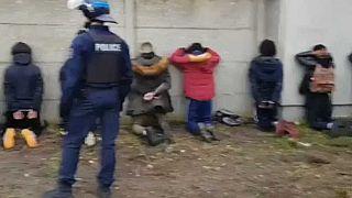 Des lycéens humiliés par la police française : polémique à Mantes-La-Jolie