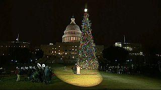 شاهد: أضواء تنير شجرة عيد الميلاد أمام مقر الكونغرس في واشنطن