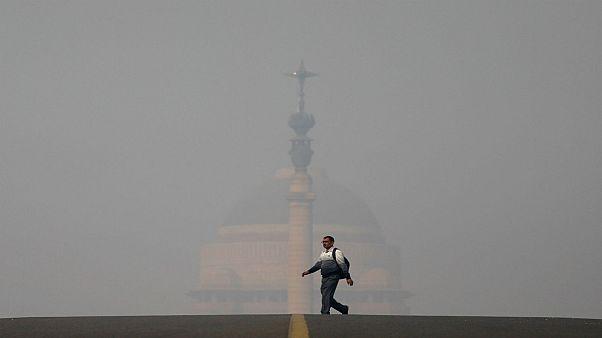 الضباب الدخاني يحجب الرؤية في أحد شوارع العاصمة الهندية نيودلهي