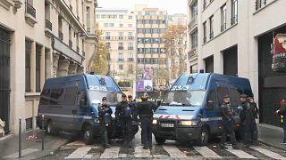 Paris: Panzerwagen und Polizei