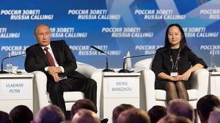 المديرة المالية لشركة هواوي منغ وان تشو بصحبة الرئيس الروسي فلاديمير بوتين
