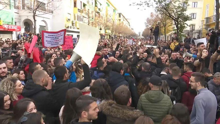 Estudantes protestam por um ensino mais barato na Albânia