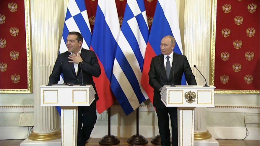 شاهد: موقف طريف يتعرض له تسيبراس جعله يطلب ربطة عنق من بوتين