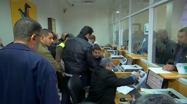 شاهد: قطر تدفع رواتب 30 ألف موظف مدني في قطاع غزة