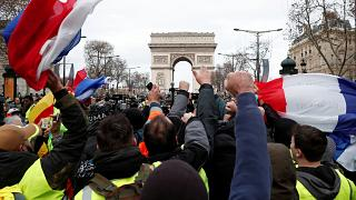"""""""Gilets jaunes"""" : journée sous tension en France"""