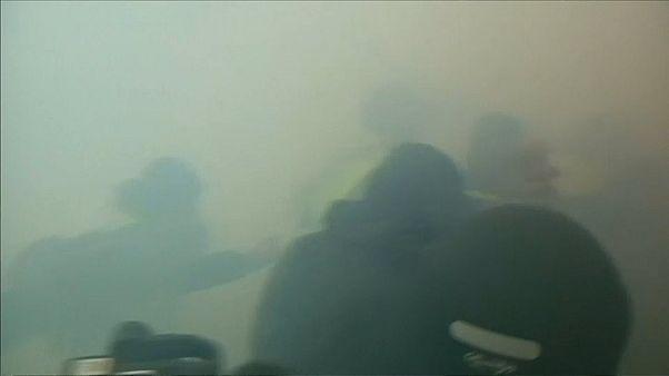 Polis Sarı Yelekliler'i gaz bombasıyla dağıtmaya çalışıyor